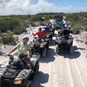familias no passeio de quadriciclo ilha de boipeba