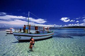 barco piscina natural no passeio volta a ilha