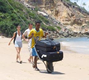 Carregador de Morro de São Paulo com a bagagem de turistas