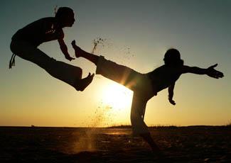 Capoeira no por do sol de morro de sao paulo