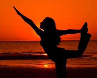 Yoga praticado na praia de Morro de São Paulo