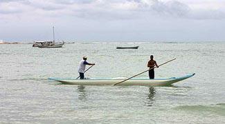 Pescadores num barco em Boipeba